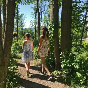 Barn som går på stien i hagen til Sigrid Undset, Bjerkebæk, på Lillehammer.
