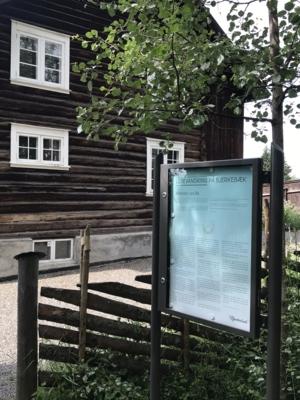 "Skilt med utdrag fra ""Kransen"" som står i hagen til Sigrid Undset, Lillehammer."