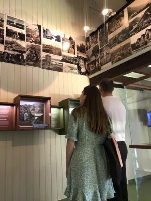 Personer som titter på utstilling på Bjerkebæk, Lillehammer