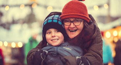 Bestemor og gutt med julelys