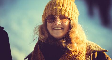 Jente med topplue og solbriller