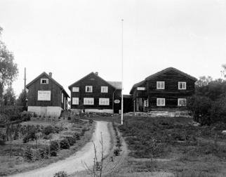 Historisk foto av Bjerkebæk med hagen foran.