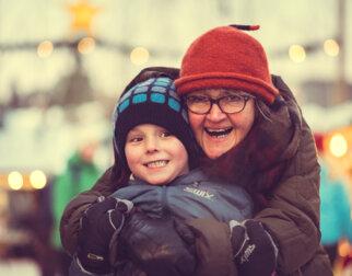 Bestemor og gutt med glade fjes.