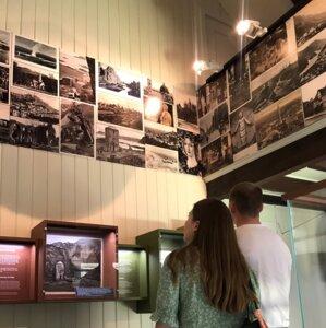 """To personer som ser på utstillingen """"Det er fornyes man skal"""" på Bjerkebæk, Lillehammer."""