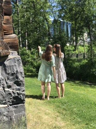 Damer som ser på hagen til Sigrid Undset.