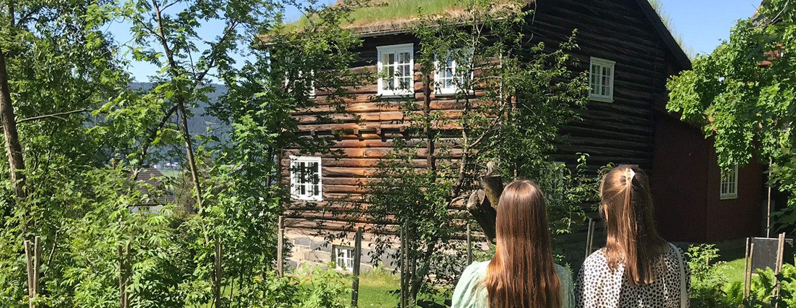 To damer som ser mot hjemmet til Sigrid Undset, Bjerkebæk, Lillehammer.