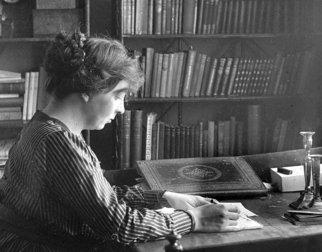 Sigrid Undset ved skrivebordet